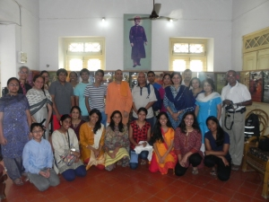 A group photo with Rev. Swami Atmadipanandaji in the exhibition room