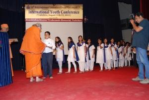 Pr. Suddhatmaprana giving gifts to Vidyapith students
